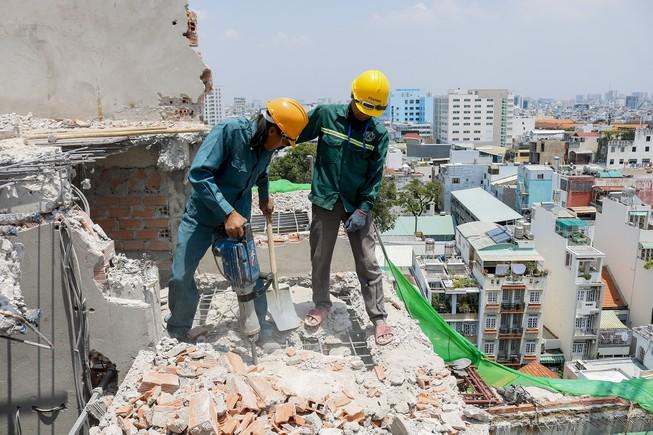 Cận cảnh cưỡng chế công trình xây dựng vượt tầng quận 10