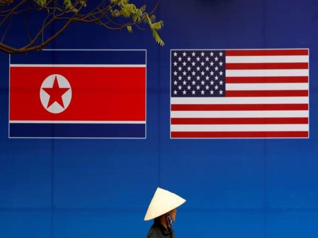 Cờ của Triều Tiên và Mỹ. Ảnh: REUTERS
