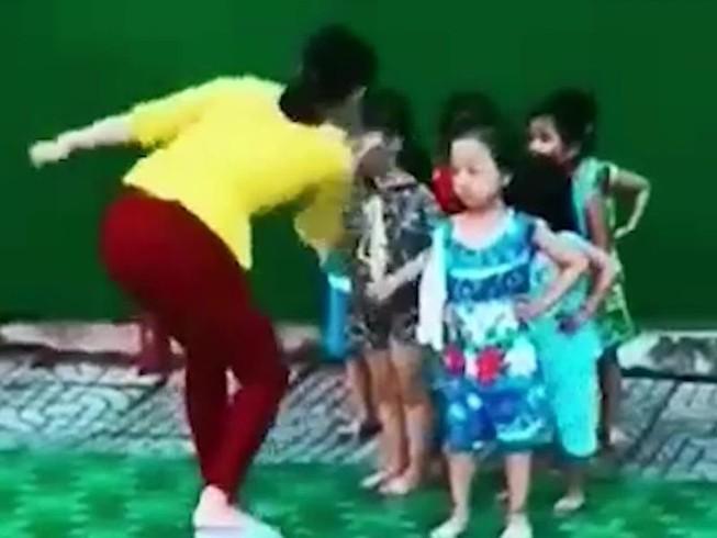 Cô giáo 'điều chỉnh' trẻ trong lúc tập múa: Phụ huynh nói gì?
