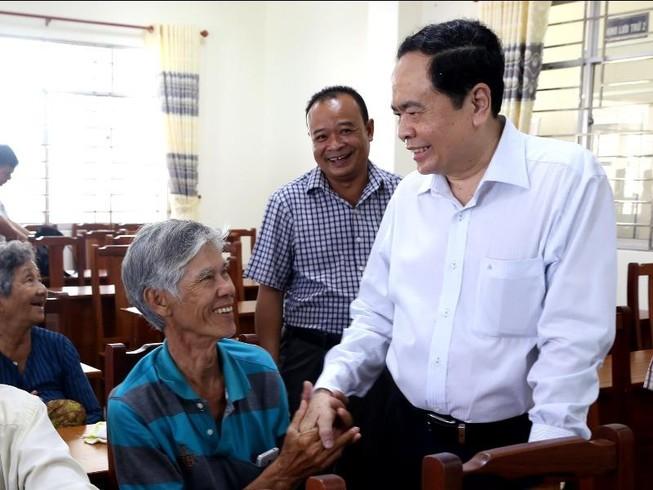 Chủ tịch Trần Thanh Mẫn tặng quà cho người nghèo ở Cần Thơ