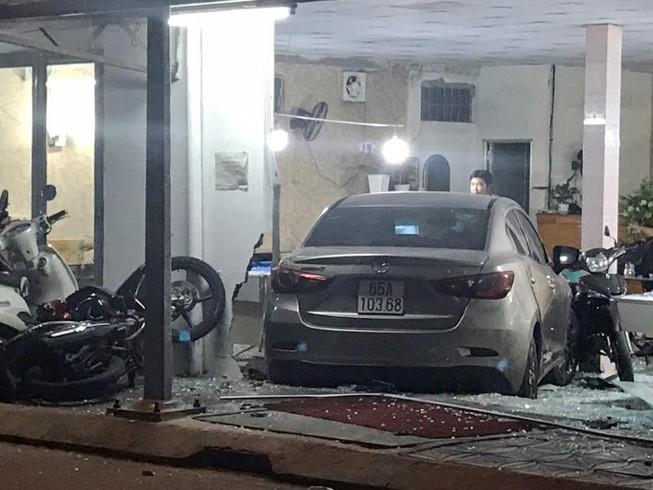 Cần Thơ: Ô tô do nữ cầm lái đâm thẳng vào quán bida
