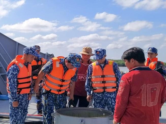 Cảnh sát biển 4 bắt tàu chở 100.000 lít dầu lậu