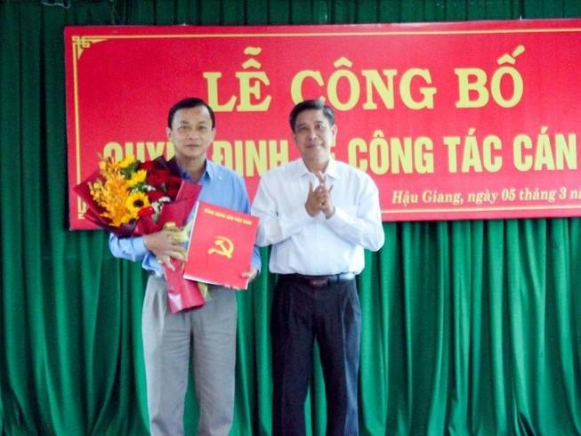 Chủ tịch tỉnh Hậu Giang trao Quyết định bổ nhiệm ông Lê Công Khanh (bìa trái) giữ chức Giám đốc Sở VH-TT&DL. Ảnh: BT
