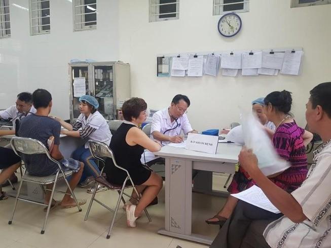 Sau vụ cháy Rạng Đông: Lo nhiễm độc, người dân ùn ùn đi khám