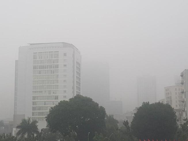 Buổi trưa nhưng Hà Nội vẫn mờ ảo trong sương mù