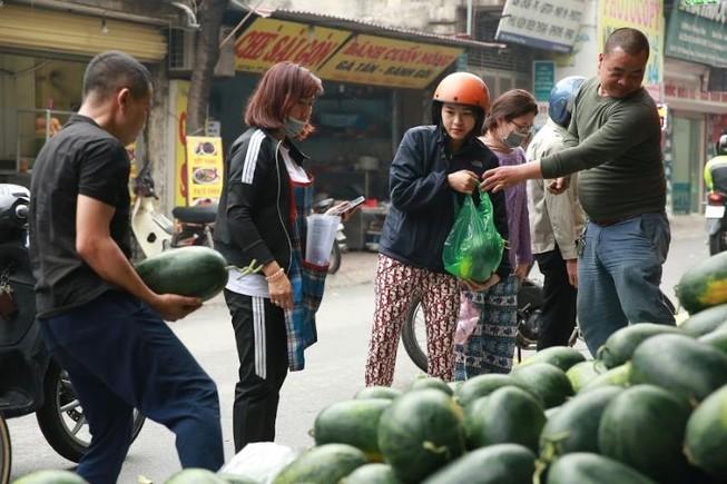 Cận cảnh người dân đổ xô mua dưa hấu giá rẻ