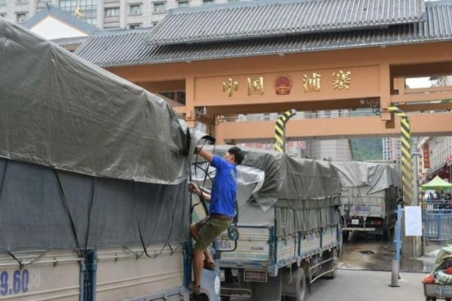 Lạng Sơn mặc đồ bảo hộ cho tài xế thay vì cách ly 14 ngày