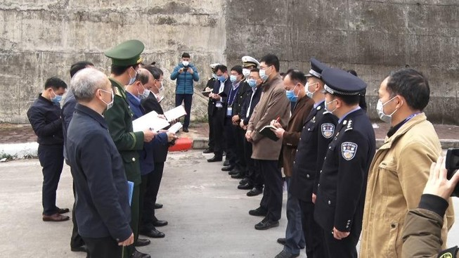 Xe Trung Quốc nhận hàng trong khu cách ly ở cửa khẩu Hữu Nghị