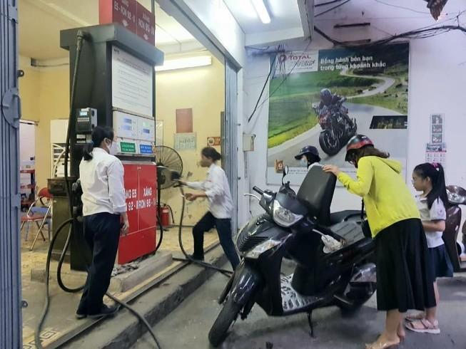 Giá xăng A95 lại tăng lên gần 17.000 đồng/lít