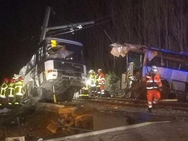 Tàu lửa đâm xe buýt đứt đôi, 4 học sinh thiệt mạng