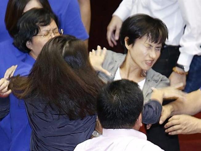 Hai nữ nghị sĩ Đài Loan ẩu đả giữa cuộc họp