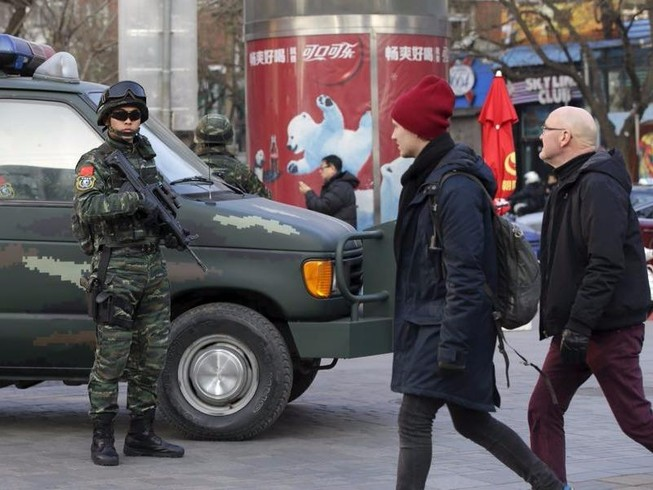 Bắc Kinh truy lùng kẻ đâm người, tông xe hàng loạt