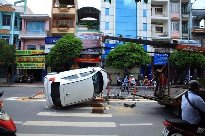 Ô tô 4 chỗ lật ngang khi tránh xe máy