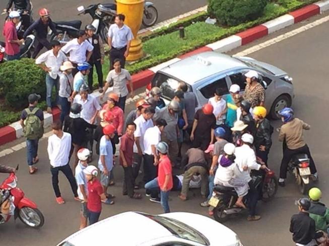 Cãi sau va chạm, tài xế taxi tông xe vào đối phương