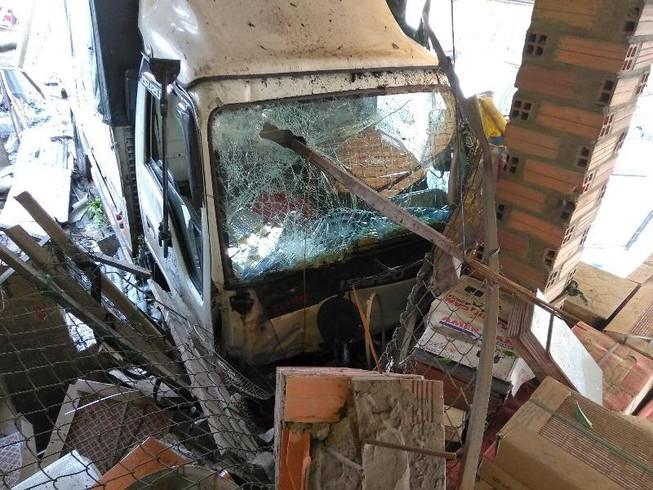 Xe tải ủi sập nhiều hiên nhà bên đường