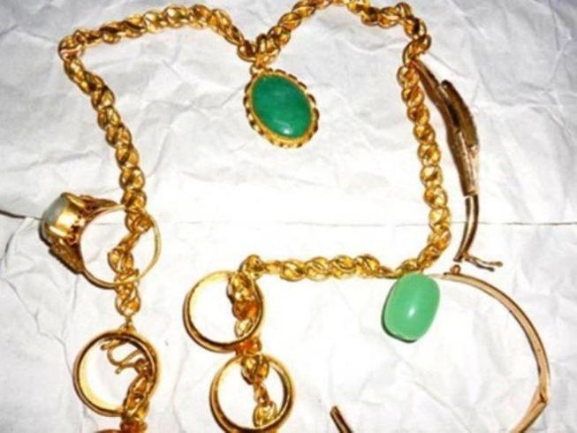 Bị công an dỏm lừa tiền, vàng trong sạp chợ