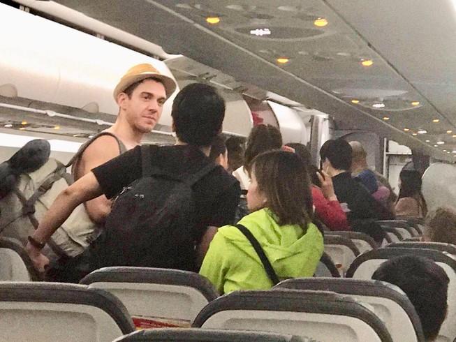 Sau hơn 6 giờ chờ đợi và 90 phút trên máy bay, hành khách được đưa lại nhà ga chờ... thông báo mới