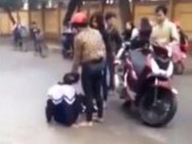 2 cô gái nhục mạ nữ sinh lớp 10 sẽ bị xử lý hành chính