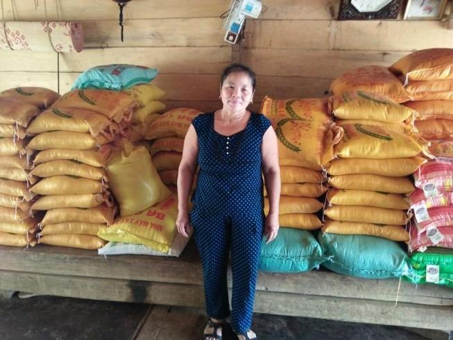 'Ôm nợ' 7 tạ gạo và 325 thùng mì tôm... từ thiện