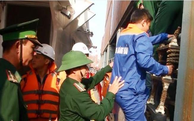 Tàu chở 12 thuyền viên và 4.600 tấn than chìm trên biển