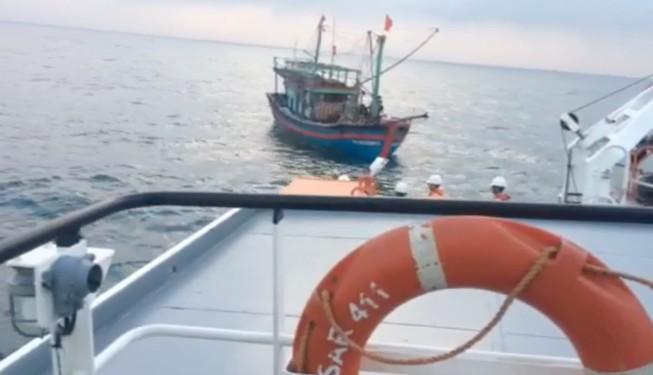 Tàu SAR 411 cứu 9 ngư dân gặp nạn trên biển ở Nghệ An