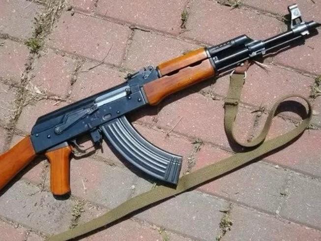 Ẩu đả, rút súng AK bắn 'thị uy'