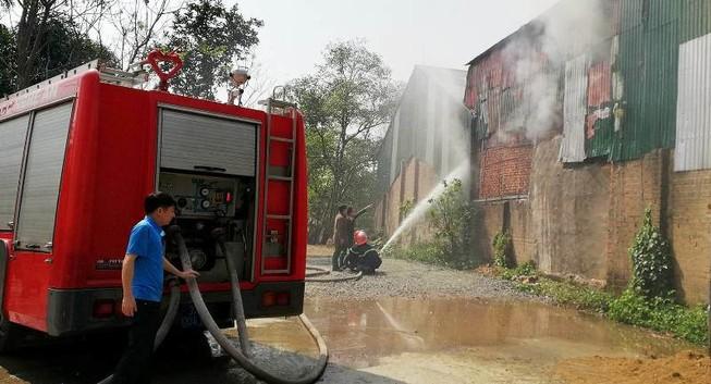 Cháy xưởng gỗ, hàng chục cảnh sát lao vào dập lửa