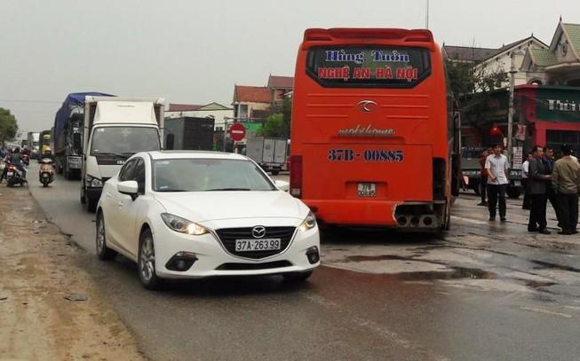 Ách tắc quốc lộ 1A kéo dài vì 2 vụ tai nạn liên tiếp