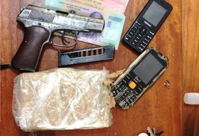 Dắt súng K59 bên hông, phóng xe máy 'như bay' chở heroin