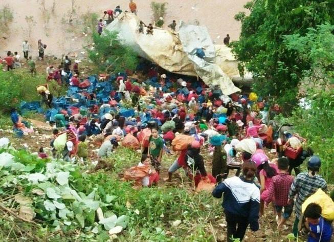 Container lao vực sâu, hàng trăm người dân xúm gom hoa quả