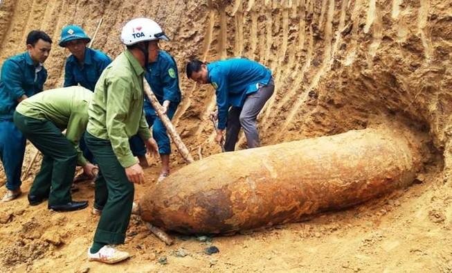 Đào đất làm nhà, phát hiện quả bom dài hơn 2 mét
