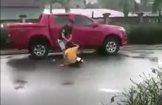 Xôn xao clip người đàn ông đánh vợ cũ tại sân bệnh viện