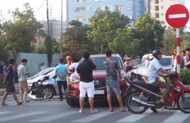 Xe Lexus gây tai nạn liên hoàn làm giao thông ách tắc