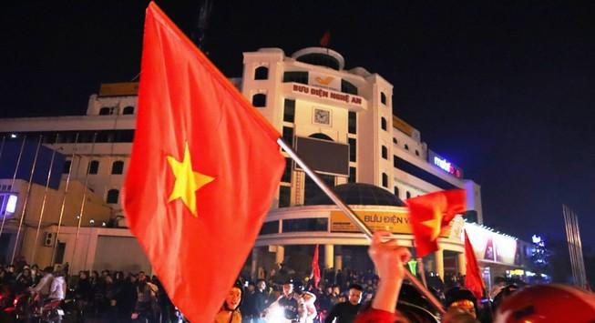Video: Người Nghệ An chen chúc ra đường mừng U22 Việt Nam