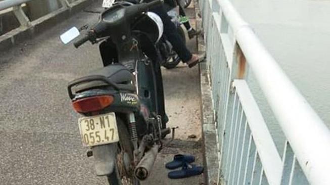 Người đàn ông sau ly hôn để lại dép và xe trên cầu rồi tự tử