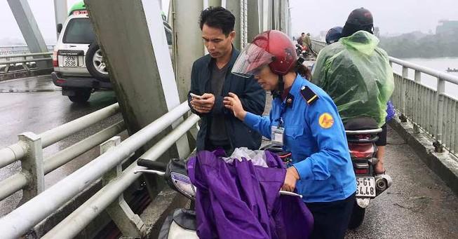Thiếu tá lao cầu Bến Thủy giữa giá rét cứu 1 phụ nữ tự tử