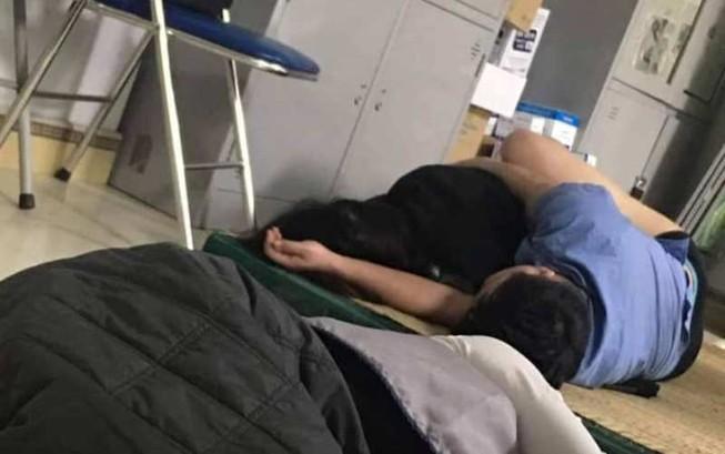 Đình chỉ công tác bác sĩ bị tố ôm nữ sinh ngủ trong ca trực