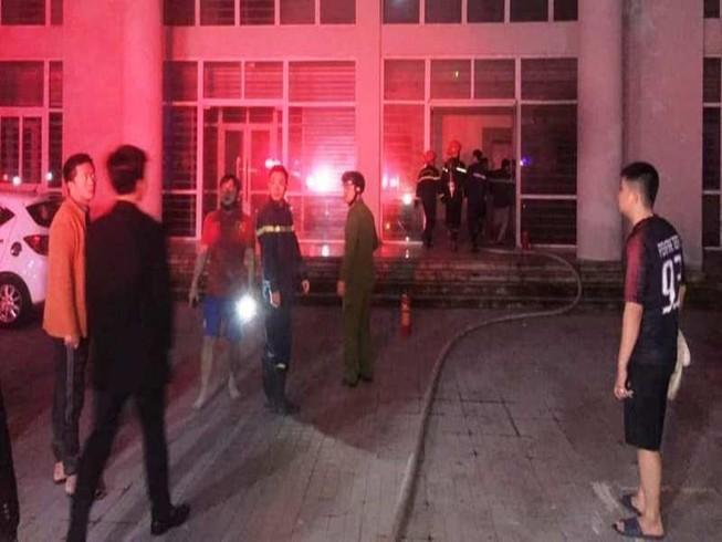 Cháy khu nhà ở sinh viên, 7 người bị kẹt trên tầng 8