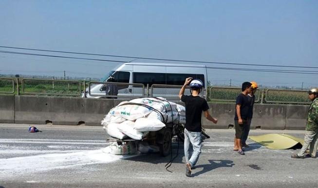Một tài xế xe lôi bị container tông tử vong