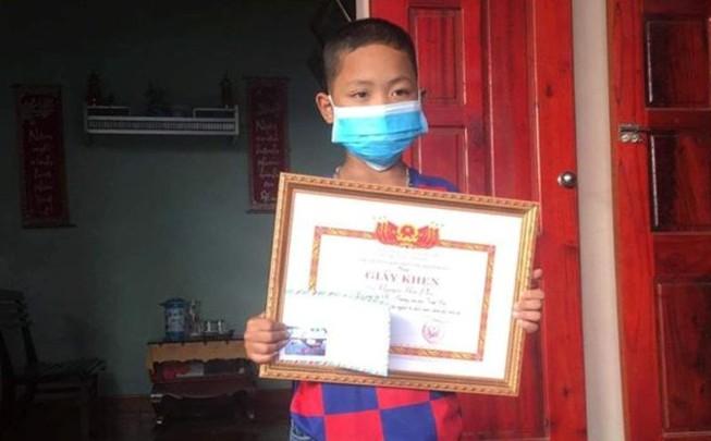 8 tuổi dũng cảm, nhanh trí dùng sào cứu 2 người khỏi chết đuối