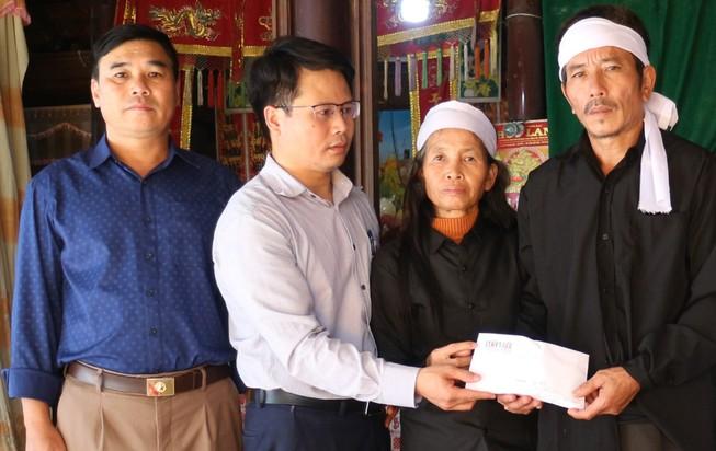 Trao hơn 61 triệu đồng cho thân nhân liệt sĩ Cao Văn Thắng