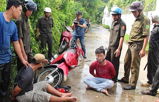 Công an xã An Bình, huyện Long Hồ (Vĩnh Long) phối hợp với các lực lượng diễn tập truy bắt tội phạm. Ảnh: YẾN ANH