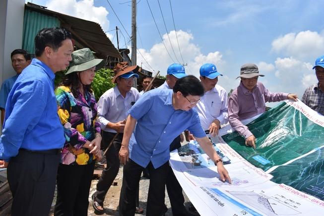 Phó Thủ tướng Trịnh Đình Dũng kiểm tra sạt lở An Giang