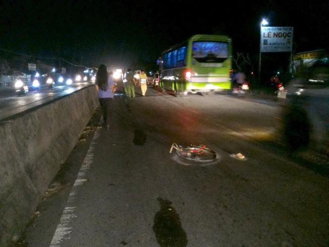 Dẫn xe đạp qua đường bị mô tô tông tử vong