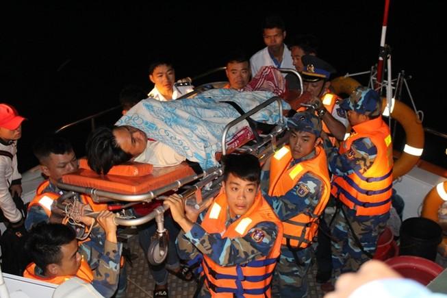 Cảnh sát biển chuyển kịp 1 ca chấn thương sọ não vào bờ