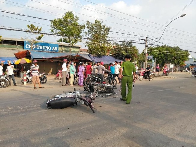 2 xe mô tô đối đầu, 1 nam thanh niên nguy kịch