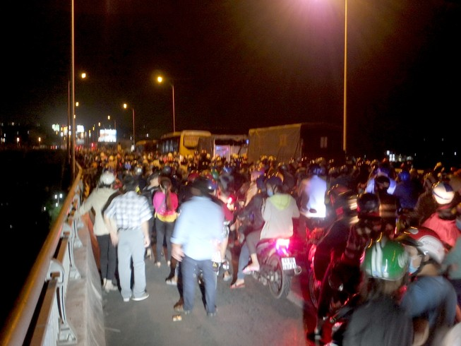 2 ô tô va chạm, giao thông qua cầu Rạch Miễu tê liệt