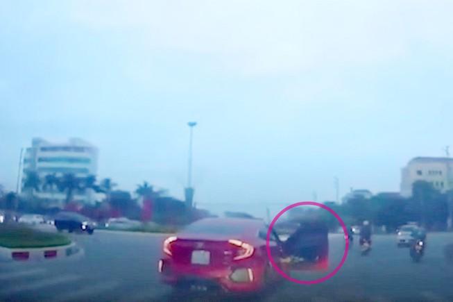 Người ngồi trong xe dùng chân đẩy mạnh cửa xe khi xe đang chạy trên đường. Sự việc xảy ra tại Hà Nội ngày 26-10. (Ảnh cắt từ clip)