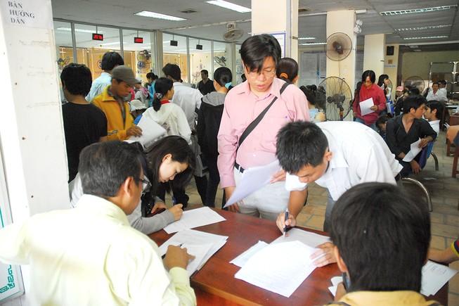 Người dân làm thủ tục tại Trung tâm giới thiệu việc làm TP.HCM. Ảnh: HOÀNG GIANG