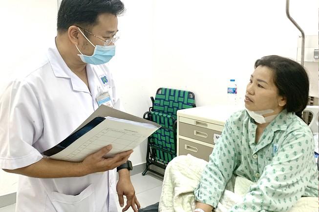 Bệnh nhân Trần Thị Thuần vui mừng khi được BHYT chi trả mức viện phí như đúng tuyến tại BV Ung bướu TP.HCM. Ảnh: HL